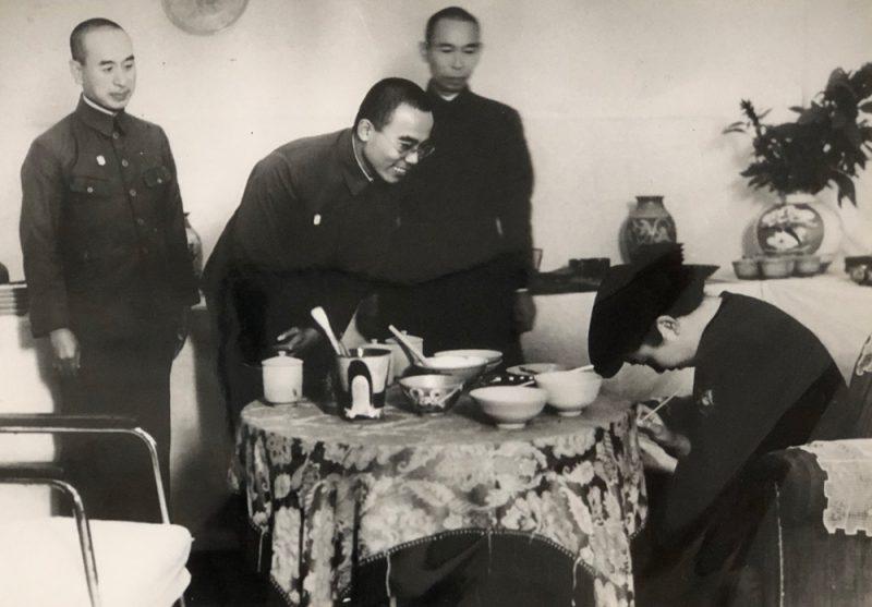 藤井大丸が満州に設立した「東満窯業株式会社」で絵付けをされる閑院若宮妃殿下